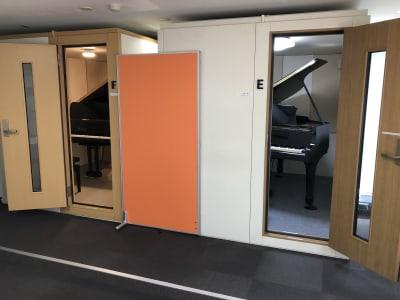 ヴァーヴピアノスタジオ Eスタジオの室内の写真