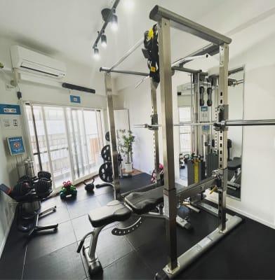 高品質マシン、アイテム勢揃い‼️ - セルフィット五反田駅前店 レンタルジム・完全個室ジムの室内の写真
