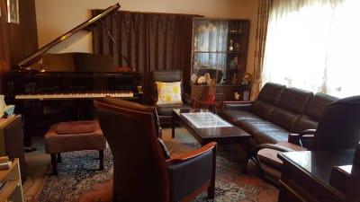 サロン内 - グランドピアノサロン 風の音 縦型ピアノ平日3時間以上利用優待の室内の写真