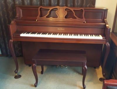 KAWAI 608  アンティーク調アップライトピアノ(猫脚・木目 3本ペダル)  - グランドピアノサロン 風の音 縦型ピアノ平日3時間以上利用優待の設備の写真
