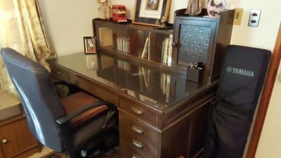 大型木製 執務・勉強机 - グランドピアノサロン 風の音 縦型ピアノ平日3時間以上利用優待の設備の写真