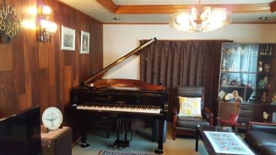 YAMAHA C2L(グランドピアノ 3本ペダル)※オプション - グランドピアノサロン 風の音 縦型ピアノ平日3時間以上利用優待の設備の写真