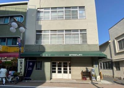 緑の建物、テント看板が目印です - 不動産cafe 貸会議室 ミーティングルームの外観の写真