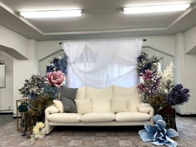 ソファーセット 普段見ることのないビッグフラワーの装飾 - ハナグラフィ スタジオ、レンタルスペースの室内の写真