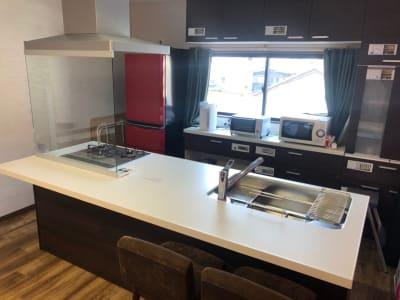 キッチン全体 - みんなのリビング 多目的スペースの設備の写真