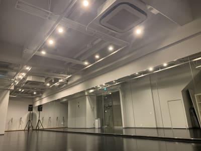 調光した状態で右側から撮影 - STUDIOFLAG 高田馬場店 レンタルスタジオ、貸しスペースの室内の写真
