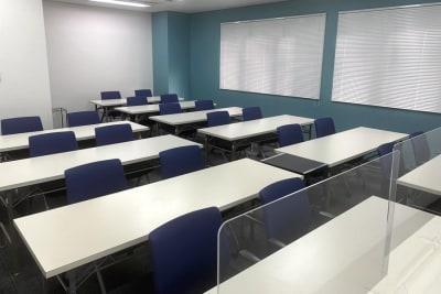 スクール形式で20名の着席が可能です。 - 三宮ベンチャービル 貸し会議室の室内の写真