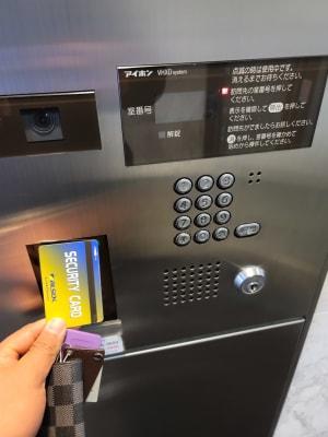 カードキーをかざしてポストへ返還してください - R_STYLE レンタルジム、プライベートジムの入口の写真
