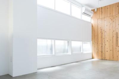 窓からは自然光が入ります - メゾンシンテンチ  お洒落なオルタナティブスペースの室内の写真