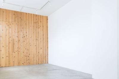 広い壁は大型の作品展示も可能です - メゾンシンテンチ  お洒落なオルタナティブスペースの室内の写真