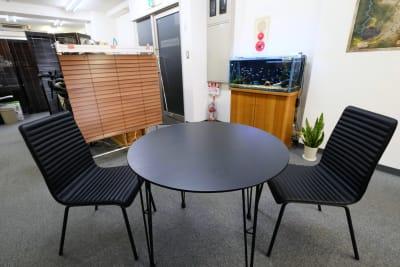 待合に使えるテーブル有 - スペースコネクト中目黒 MEETS貸会議室の設備の写真