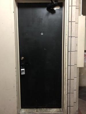 地下に出入り口がございます。※ドアノブにキーボックスがぶら下がっております - in the house Hatagayaの入口の写真