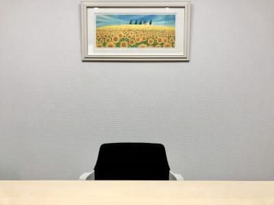 会議室内の背景が2トーンですので、リモート会議などで雰囲気を変えて使用できます。 (背景1:「ひまわりの丘」の絵画) - 貸会議室biz大泉学園 【●会議●リモート●商談●自習】の室内の写真