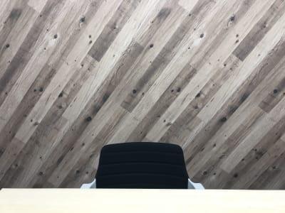 会議室内の背景が2トーンですので、リモート会議などで雰囲気を変えて使用できます。 (背景2:「木目調のクロス) - 貸会議室biz大泉学園 【●会議●リモート●商談●自習】の室内の写真