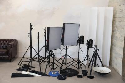 100wLED2灯、300wモノブロック2灯(要確認)をはじめ無料で使える撮影機材を豊富に取り揃えております。 - 撮影スタジオ Studio62 写真、動画の撮影スタジオの設備の写真