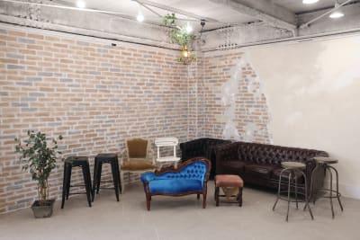 アンティーク基調のソファ、椅子など多数ございます。 - 撮影スタジオ Studio62 写真、動画の撮影スタジオの設備の写真