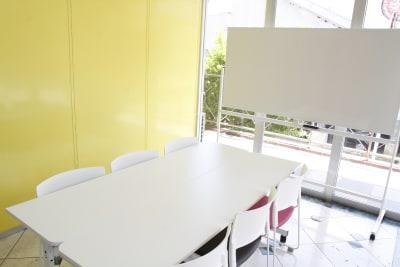 みんなの貸会議室 那覇小禄駅前店 小禄201会議室[定員6+α]の室内の写真