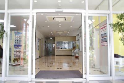 正面入口 - みんなの貸会議室 那覇小禄駅前店 小禄201会議室[定員6+α]の入口の写真