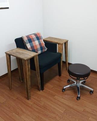 ネイル用チェア  サイドテーブルをご用意しております。 - レンタルサロン 棗伽souca 多目的スペースの室内の写真