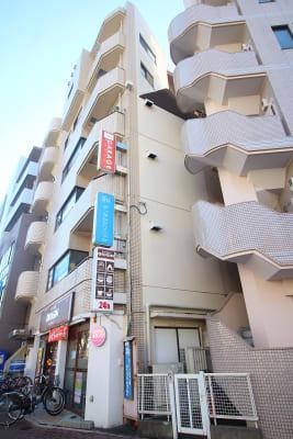 早稲田大学正門すぐそばです。 - GARAGE WASEDAの外観の写真