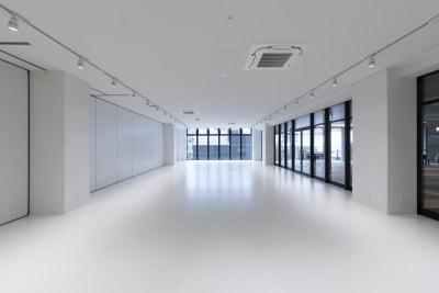 80坪のスペースを移動型の壁で分割し40坪のスペースとして使用する事も可能です。 - カイタックスクエアガーデン イベントスペース「Whask」の室内の写真