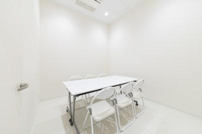 2.7坪の小会議室が2部屋ございます。 スペース利用時のバックスペース、控室としてもご利用頂けます。 - カイタックスクエアガーデン イベントスペース「Whask」の設備の写真