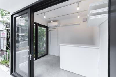 ポップアップショップやアート展、物販店としても利用できるWhask POCKET SHOP(ワスク ポケットショップ) - カイタックスクエアガーデン POCKET SHOP A棟の室内の写真