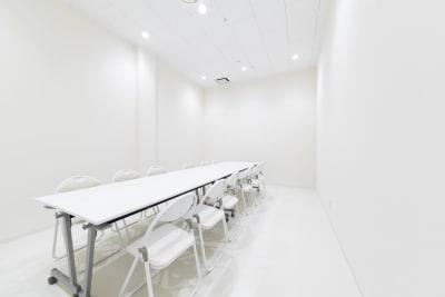 7坪の大会議室が1部屋ございます。 スペース利用時のバックスペース、控室としてもご利用頂けます。 - カイタックスクエアガーデン 「Whask」半面利用の設備の写真