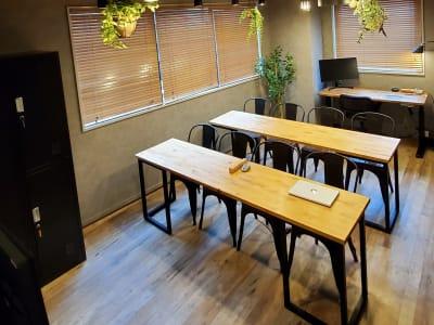 講義形式のレイアウトも可能。 - <NEST301>レンタル会議室 NEST301の室内の写真