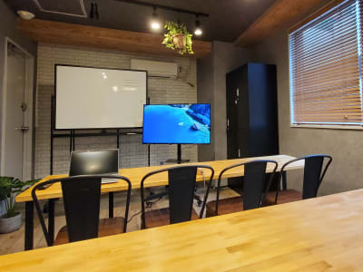 受講者目線。ホワイトボードやディスプレイも見やすい。 - <NEST301>レンタル会議室 NEST301の室内の写真