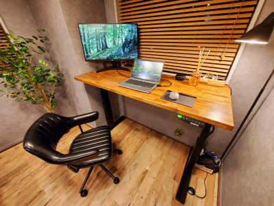 電動昇降式デスク。 - <NEST301>レンタル会議室 NEST301の室内の写真