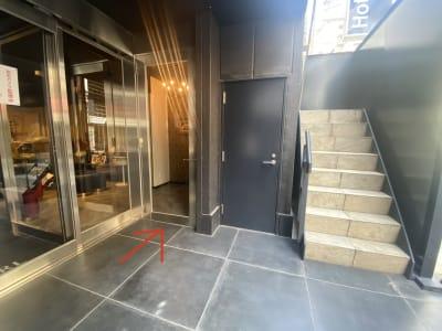 矢印の方から入っていただけます - CULTI EARL HOTEL ポップアップスペース2の室内の写真