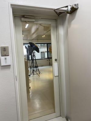 KIRKE(キルケ)スタジオ 個人撮影、料理撮影、会議室の入口の写真