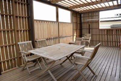 バルコニーの写真です。テーブルが1台と椅子が5脚あります。 - i,i,i, ハウススタジオの室内の写真