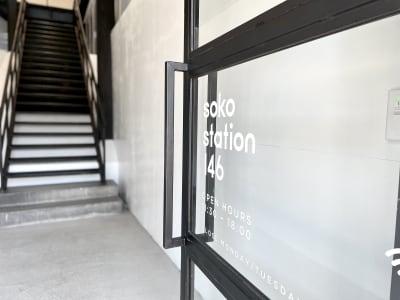 エントランス壁 真っ白なので1階エントランスからイベントの雰囲気を作ることが可能 - soko station 146 イベント・撮影スペースの室内の写真