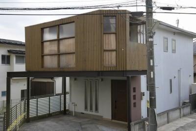 バルコニーがあり、遠くからでも分かりやすい建物です。 - i,i,i, ハウススタジオの外観の写真
