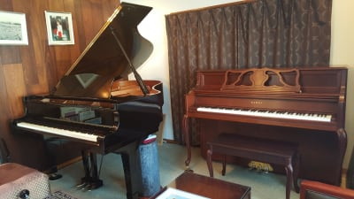 KAWAI 608 YAMAHA C2L(オプション) ピアノデュオ可能 - グランドピアノサロン 風の音 縦型ピアノ平日3時間以上利用優待の設備の写真