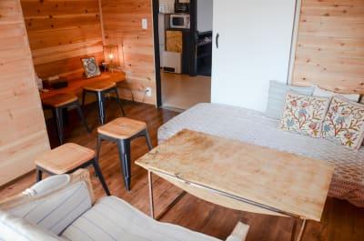 木に囲まれた温もりのあるコテージルーム。完全個室でパーティー、女子会、リモートワーク等に最適です。 - チルチルミチル WHOLE ROOMの室内の写真