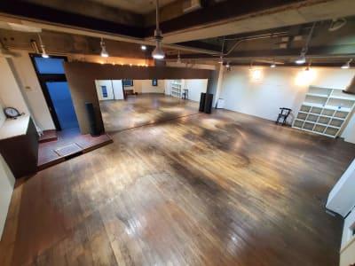 スポットライト、調光式照明が複数設置され、昼は明るく夜は雰囲気ある空間を演出。 - カリマ高崎 ダンス、ヨガ、イベントスペースにの室内の写真