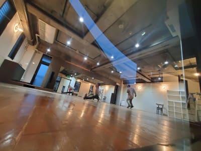 天井も広々と高々で開放的な空間を感じられます。 - カリマ高崎 ダンス、ヨガ、イベントスペースにの室内の写真