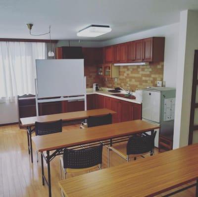 ホワイトボード、机、椅子 - おうちスペースflat キッチン付きレンタルスペースの設備の写真