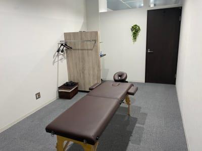 施術台1台 全面鏡1台 タイ古式等にご利用いただけるマット1枚を御用意しております。 - ぽっぽスタイル Room Bの室内の写真