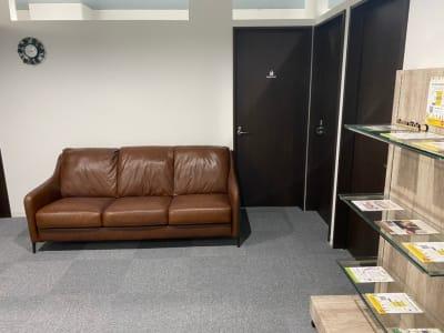待合スペース裏:スタッフルーム 右手奥:Room D - ぽっぽスタイル Room Dの入口の写真