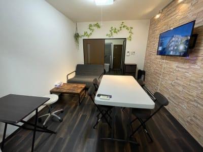 間接照明もあり、ゆったりと落ち着いて作業もできます。コンセント類もありますしスマートフォン用の充電アダプターもご用意してます。 - パートレ天下茶屋 ジム、多目的スペースの室内の写真