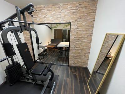 トレーニングマシーン、鏡 - パートレ天下茶屋 ジム、多目的スペースの室内の写真