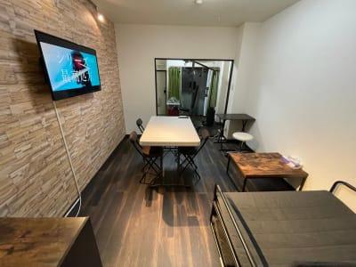 4人で使用できる中テーブルや個人的に使用できる一人用テーブル、2人掛けソファー、ローテーブルがあります。 テーブル等は折りたたみができるので退ける事もできますのでヨガスペースなどにもご使用できます。 - パートレ天下茶屋 ジム、多目的スペースの室内の写真