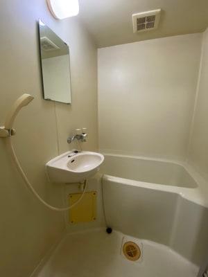 汗をかいた時や雨に濡れた時などにシャワー等もご使用に慣れます。バスタオルは備え付けてあります。 - パートレ天下茶屋 ジム、多目的スペースの室内の写真