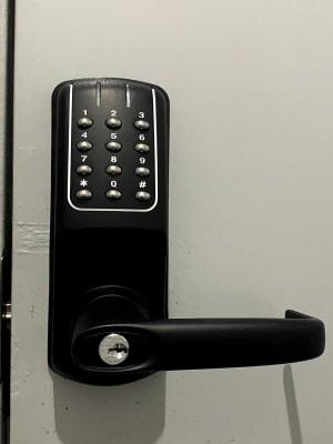 入口扉のナンバーロックです。 注意)ご予約の時間前には開きません! 開け方 事前にお知らせした4桁の解除キーと※マークを押して下さい。 - レンタルスタジオソメル ダンススタジオの設備の写真