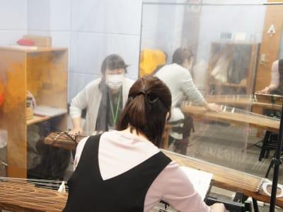 2名様でご利用の場合は飛沫拡散防止フィルムを設置させていただきます。 - はいから和楽器教室 大森校 Aスタジオの室内の写真