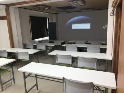 170インチ級大型プロジェクターと 席は20席ございます。(3人掛けの場合)  - TEAMPLACE OHWADA 会議室&コワーキングスペースの室内の写真